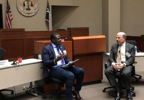 أستاذ بكلية القانون يجري مقابلة مع المستشار العام لشركة إكسون موبيل